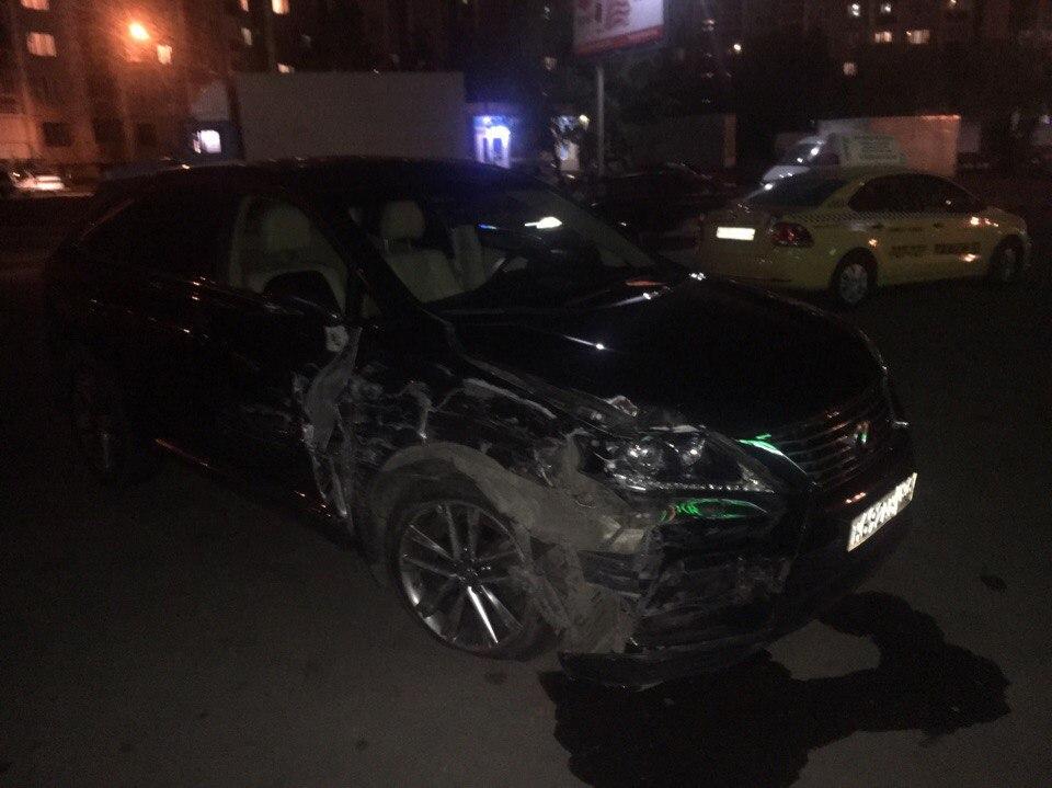Фото: Lexus протаранил несколько машин в Воронеже