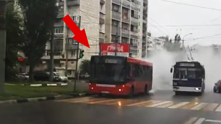 Жители Воронежа сняли навидео загоревшегося пассажирского автобуса