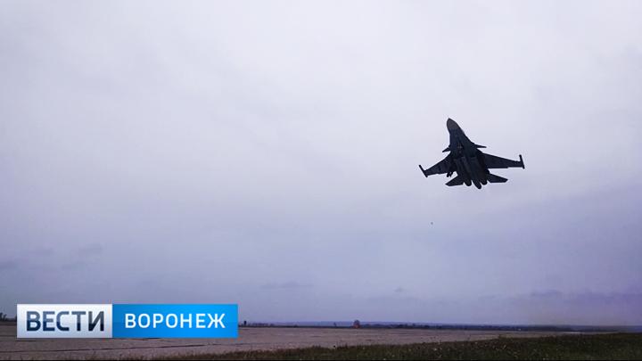 ВВоронежской области бомбардировщики Су-34 отработали дозаправку ввоздухе