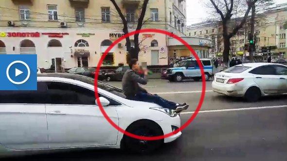 ВВоронеже прокативший приятеля накапоте автомобилист отделался штрафом