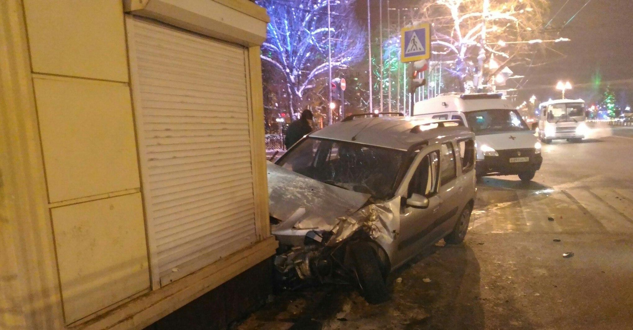 «Лада» столкнулась савтобусом ипротаранила киоск наплощади Ленина вВоронеже