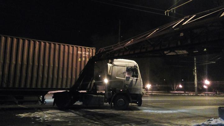 ВВоронеже столкнулись поезд и фургон